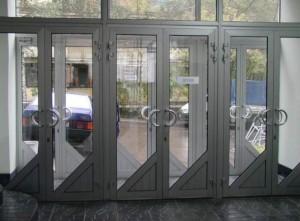 Плюсы и минусы дверей из алюминия