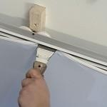 Как безопасно установить натяжной потолок